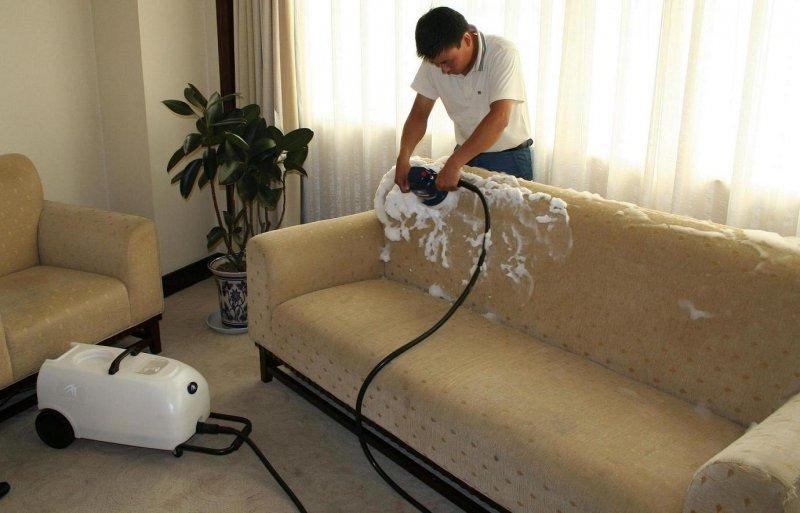 Очищаем диван