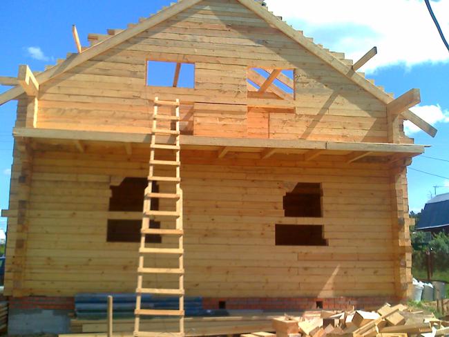Строение дома из дерева