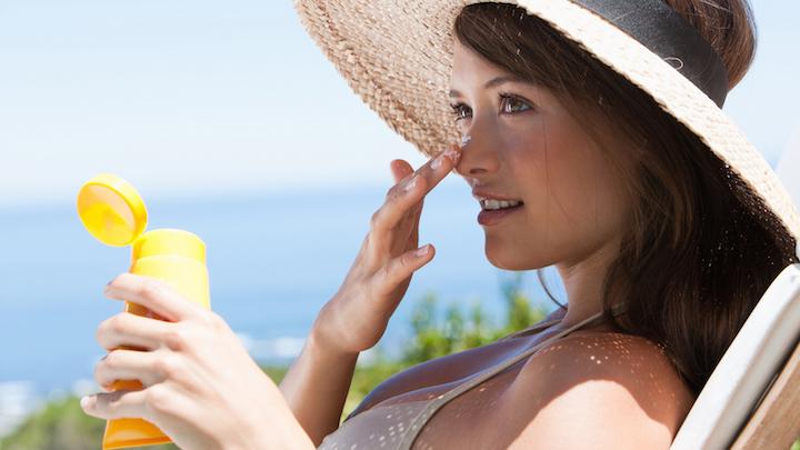 Используйте солнцезащитные косметические средства.