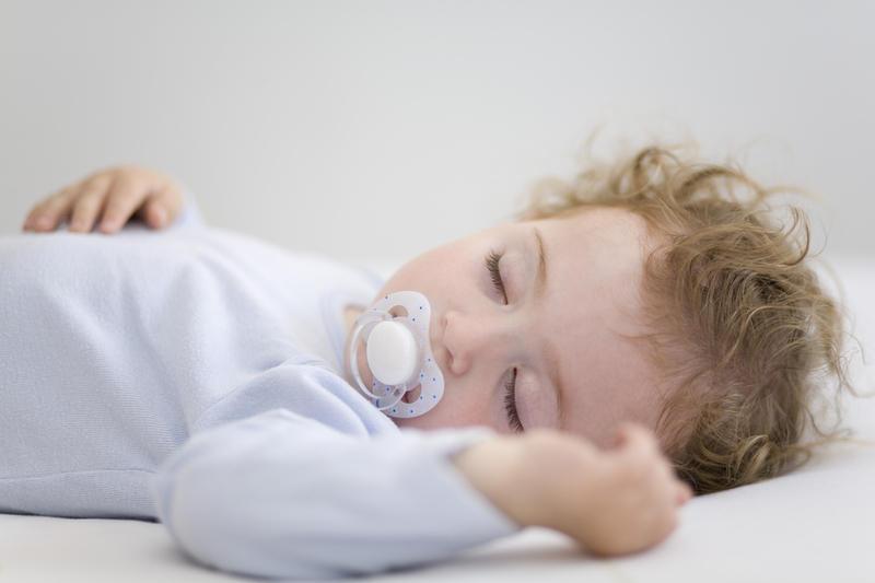 Как научить малыша засыпать одному