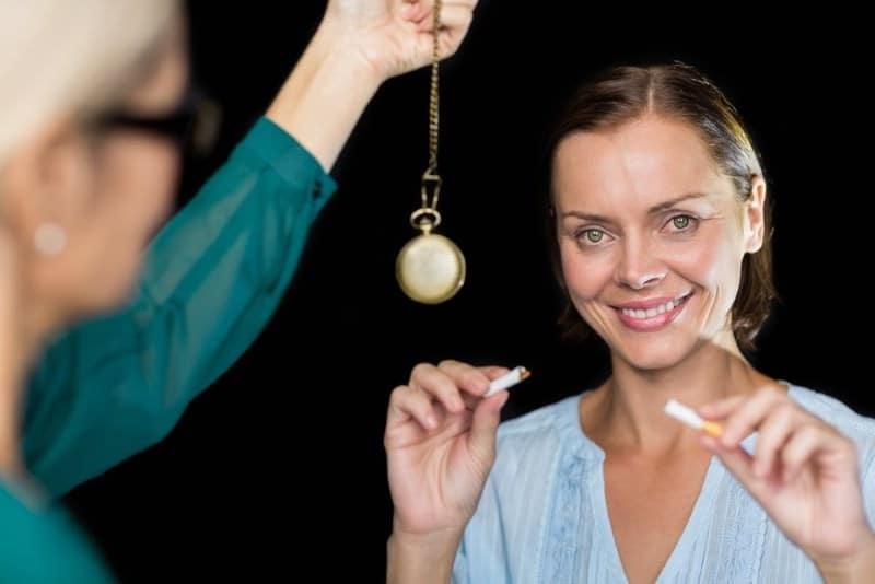 Почему женщины курят и как гипноз может помочь бросить курить