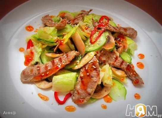 Салат с индейкой под острым соусом