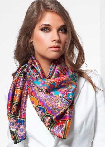 Шелковый платок как элемент наряда