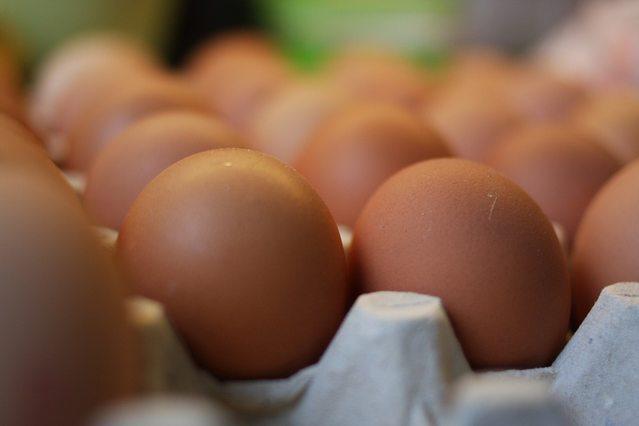 Мужчина заключил пари, что съест 50 яиц. Спор закончился трагически