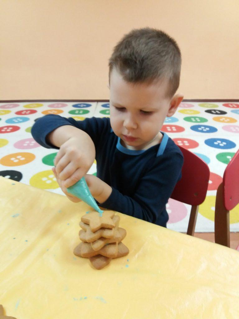 В ПДНЗ «Планета дитинства» пройшов майстер клас по виготовленню ялинки з печива