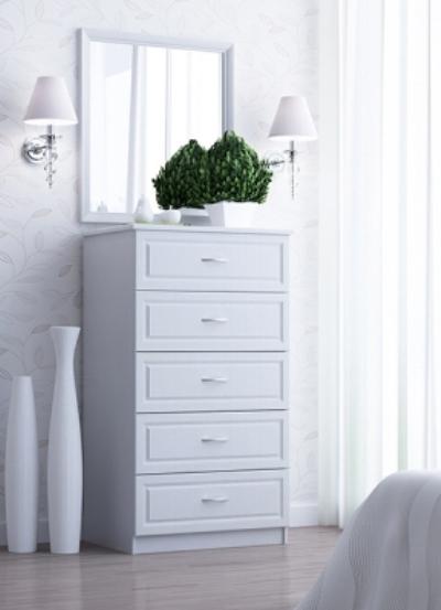 Высокий белый комод для комнаты в стиле шебби-шик.