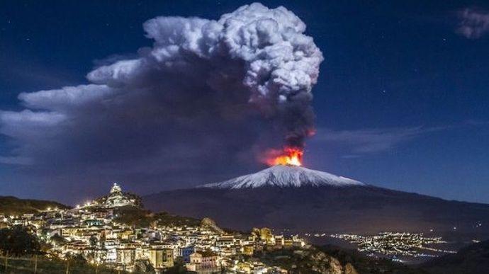 Виверження найбільшого вулкану в Європі: відео і фото